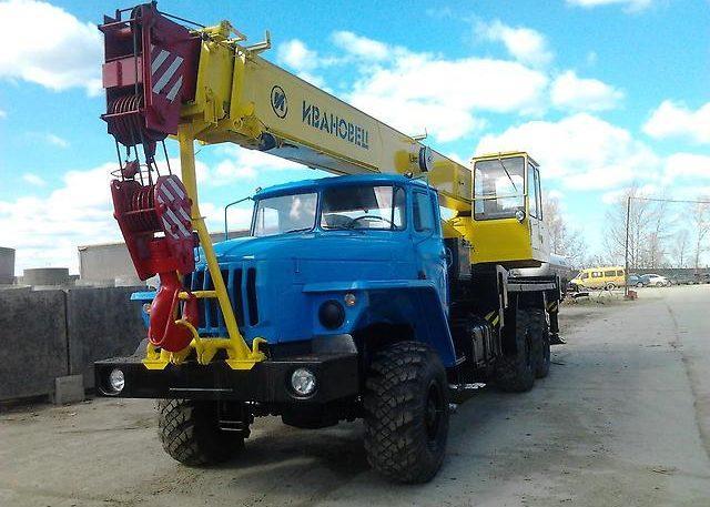 Автокран на базе шасси Урал